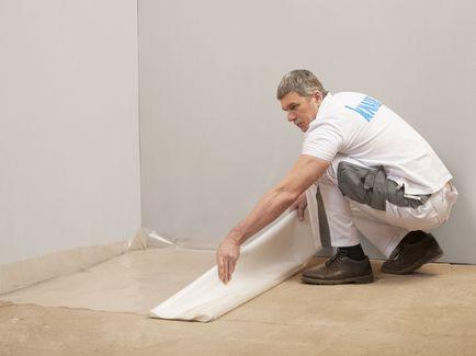По бетонному основанию выполните укладку разделительного слоя с применением подкладочной бумаге КНАУФ или полиэтиленовой пленки с обязательным выводом краёв на ограждающие и несущие конструкции выше уровня стяжки. По деревянному основанию, используйте только подкладочную бумагу.