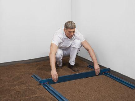 Проведите нивелирование сухой засыпки при помощи комплекта реек или других приспособлений.