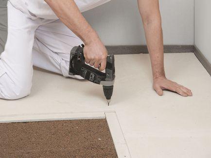 Зафиксируйте элементы пола винтами для ГВЛ с шагом не более 300 мм. Крепёжные винты должны входить в детали стяжки под прямым углом.