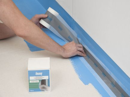 Уложите ленту по оси стыка на предварительно нанесённый (влажный) слой гидроизоляции КНАУФ-Флэхендихт. Поверхность ленты пригладьте шпателем или прикатайте валиком.